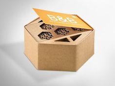 Man (fast) alles aus Karton herstellen. Zum Beispiel: ein Bienenhotel – das B & B – aus Wellpappe. Die Verpackung ist natürlich klimaneutral und FSC® – zertifiziert.  #dinkhauser #naturschutz #insektenhotel #schütztdiebienen #designauskarton Bee, Container, Bumble Bees, Insect Hotel, Paper Board, Packaging, Gifts, Honey Bees, Bees