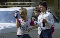 Московские школьники продают пепси-колу в бутылках, май 1992 года.