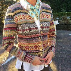 Orkney pattern by Marie Wallin Ravelry: Lisbeth´s Orkney Cardigan. Tejido Fair Isle, Punto Fair Isle, Motif Fair Isle, Fair Isle Pattern, Fair Isle Chart, Rowan Knitting, Free Knitting, Fair Isle Knitting Patterns, Knit Patterns