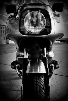 Front view of a BMW R100RS.  That fairing really works well.