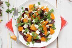 Sült cékla-sütőtök-saláta fetával: Hozzávalók (4 személyre):  1 közepes sütőtök (kb. 1 - 1,5 kg) 6 darab közepes méretű cékla 3 ek. olívaolaj 15-20 dkg feta 1 csokor petrezselyem Só, bors