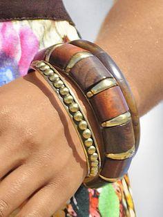 3-tlg. Armreifen-Set aus zwei Holzreifen und einem altgoldfarbenem Metallreif. Jeder ein handgefertigtes Unikat! ø ca. 6,8 cm. Breite: 2 cm + 1,2 cm + 0,8 cm...