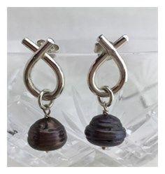 Sløjfe øreringe med grå barokke ferskvandsperler