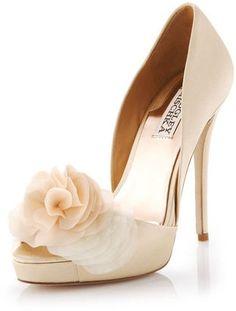 Descubierto con un toque elegante. Zapatos para Bodas en color crema de Badgley Mischka Luxor Satin d'Orsay