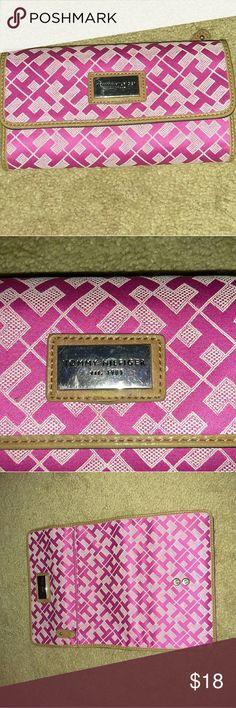 Tommy Hilfiger wallet Beautiful pattern. Super cute. Looks brand new Tommy Hilfiger Bags Wallets