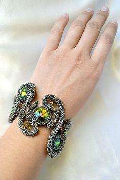 """Treasure Keepers"" bracelet on Konkurs-BI, a Russian bead web page. Maker not identified. Jewelry Crafts, Jewelry Art, Beaded Jewelry, Handmade Jewelry, Beaded Bracelets, Jewellery, Loom Beading, Beading Patterns, Bead Embroidered Bracelet"