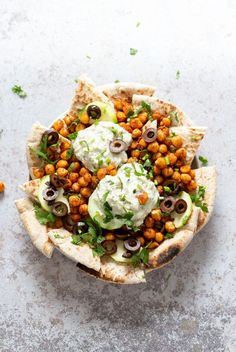 Vegan Mediterranean Nachos with Shawarma Chickpeas, Tzatziki, Olives, Cucumber, warm toasted Pita bread. Great Appetizer for parties or potluck. More from my siteMediterranean Chickpea Salad Vegan Appetizers, Great Appetizers, Appetizer Recipes, Salad Recipes, Pita Bread Nutrition, Shawarma Spices, Vegan Tzatziki, Pain Pita, Vegetarian Recipes