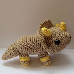 Ana Paula's Amigurumi Patterns & Random Cuteness: I finish the Triceratops!