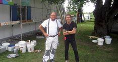 Der Villmarer Malermeister Markus Werner -links- mit Sänger Peter Maffay vor der Baustelle in Rumänien.
