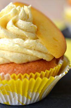 Ninas kleiner Food-Blog: Pfirsich-Cupcakes mit weißen Schokostückchen und Pfirsich-Buttercreme