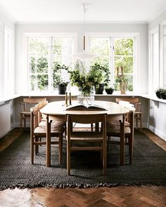 Look at this lovely dining nook?! Full tour of this swedish home on the blog this weekend. Happy Friday! 📷 @jonasingerstedtphotography #dining #folkstol #swedishhome