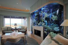 kitchens with aquariums | リビングにかなり大き目の水槽。おそらく、真ん中 ...