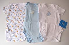 """Es turno hoy para nuestro Detallito """"Unai"""", un conjunto de bodys para bebé que seguro que te viene bien como un original regalo para el bebé más especial de la familia, alegrando las navidades y ayudando a completar el vestido del nuevo retoño de la familia."""