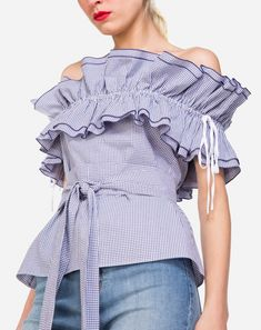 BLUSA OMBRO A OMBRO VICHY BABADOS Stylish Tops, Trendy Tops, Stylish Outfits, Fashion Outfits, Fancy Tops, Vestido Casual, Beautiful Blouses, Blouse Styles, Mode Style