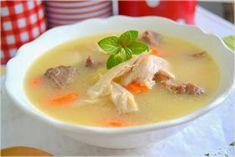 Puchero típico de Andalucía y Málaga. Caldo de sopa con pollo y ternera