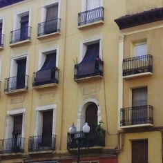 El edificio del 127 del Coso se levantó en el siglo XIX sobre las ruinas del antiguo Seminario Conciliar. El patio central o de armas, que todavía se conserva, albergaba las celdas #zaragozaguia #zaragoza #regalazaragoza #zaragozapaseando #zaragozaturismo #zaragozadestino #miziudad #zaragozeando #mantisgram #magicaragon #loves_zaragoza #loves_aragon #igerszaragoza #igerszgz #igersaragon #instazgz #instamaños #instazaragoza #zaragozamola