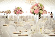 Lasse dich von unseren 20 Beispielen für Blumen und Blumengestecke auf runden Tischen für deine eigene Hochzeit inspirieren!