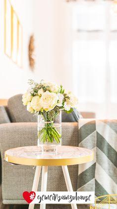 Marmor-Muster in schlichtem Weiß, Grau und Schwarz bilden eine dezente Grundlage für Goldakzente. #marmor #glamour #metallic #kupfer #wohnaccessoires #wohnzimmer #sessel #gold #interior #interiorideas #einrichtungsideen #einrichtung #wohnen #wohngefühl #dekoideen #dekoration #deko #dekotipps #inspiration #gemeinsamzuhause Glamour, Table Decorations, Inspiration, Furniture, Home Decor, Gray, Black, Marble, Copper