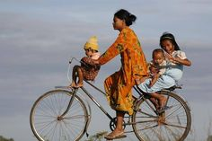 Family on Bike / Famiglia in Bici