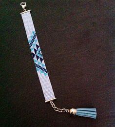 Bracelet tissé à la main. Composé de perles Miyuki turquoise, bleu marine et bleu pâle !  Bracelet tissé à la main en perles Miyuki par mes soins ! Fermeture réglable grâce à une chaînette d'extension terminée par un pompon en suédine, longueur maxi environ 18 cm.  Matériaux utilisés : Métal argenté , Perle, seed beads, cuff, aztec, loom.