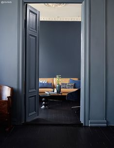 Bakveggen er malt med Deco Blue, mens rommet i front har fått… Dark Interiors, Colorful Interiors, Interior Architecture, Interior Design, Deco Blue, Dark Walls, Blue Walls, Home Decor Trends, Apartment Design