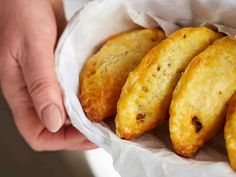 Rahkavoitaikina sopii monipuolisesti leivontaan, pasteijoihin ja piirakoihin. Jauhelihapasteijat maistuvat brunssilla ja muissa juhlissa sekä retkieväänä....