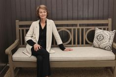 Charlotte Rampling sur un banc London, dans Madame Figaro