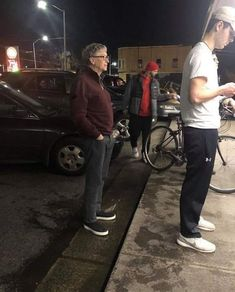 If the richest man on the planet can simply do this no reason you cant. Bill Gates patiently waiting in queue to get his burger. Funny Pictures With Captions, Picture Captions, Funny Images, Best Funny Pictures, Time Pictures, Funny Gifs, Dog Pictures, Funny Photos, Bill Gates