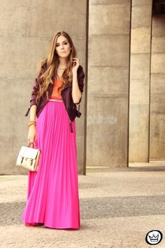 Would you wear a pink maxi skirt ? Before last week I would never think of getting one but after spotting a friend wearing a beautifull. Pink Skirt Outfits, Hot Pink Skirt, Pleated Skirt Outfit, Pink Maxi, Pretty Outfits, Neon Outfits, Pleated Maxi, Maxis, Beautiful Long Dresses