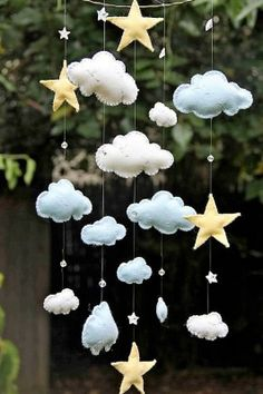 30 ideias de móbiles para bebês que fogem dos eletrônicos! - Just Real Moms From gifts to practical DIY projects around your home, felt is a very versatile material! Tap into your crafty side with one of these 11 Best Felt Crafts. Baby Crafts, Felt Crafts, Diy And Crafts, Cool Baby, Baby Decor, Nursery Decor, Crystal Mobile, Felt Mobile, Cloud Mobile