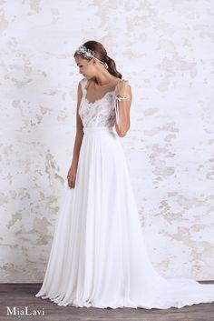 Lace and romantic wedding dress 1744, Mia Lavi 2017