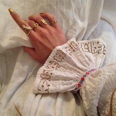 Juwelen von Joanne Burke · Miss Moss - Frauen lieben Schmuck :) Look Fashion, Womens Fashion, Fashion Trends, Bijou Box, Outfits Winter, Miss Moss, Mode Style, Grunge, Jewelry Accessories
