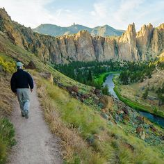 Hiking at Smith Rock State Park in Terrebonne, Oregon --------------------- @ joemichaelriedl