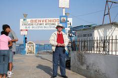 Angel esperando en el embarcadero para el viaje turístico a las Isla de las Ballestas. Alli vió cientos de miles de focas, lobos marinos y pájaros como los pelícanos de la otra foto.