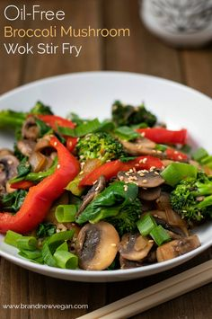 healthy stir fry Here is a simple recipe for an Oil-Free Broccoli Mushroom Stir Fry that I made in my Wok. Who says you can't stir fry without oil? Fresh Broccoli, Broccoli Recipes, Vegetable Recipes, Mushroom Broccoli, Mushroom Stir Fry, Healthy Stir Fry, Whole Food Recipes, Healthy Recipes, How To Cook Mushrooms