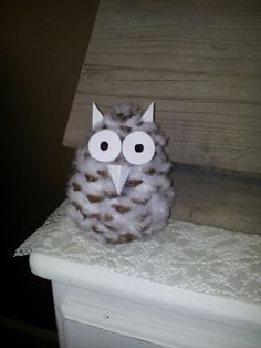 Owl of a pine cone, filled with cotton wool. With a wooden skewer you get them there well between. Teacher Christmas Gifts, Christmas Time, Christmas Crafts, Preschool Crafts, Diy Crafts For Kids, Arts And Crafts, Pine Cone Crafts, Theme Noel, Family Crafts