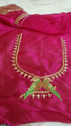 Maggam design Simple Blouse Designs, Bridal Blouse Designs, Blouse Neck Designs, Blouse Patterns, Mirror Work Blouse Design, Embroidery Neck Designs, Hand Embroidery, Pattu Saree Blouse Designs, Maggam Work Designs