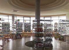 Meble sklepowe produkowane przez firmę meblum to profesjonalnie przygotowane aranżacje powierzchni sklepowych i stoisk handlowych na terenie calej Warszawy. Zaopatrujemy obiekty handlowe w wysokiej jakości meble sklepowe, stoiska i witryny w przystępnych cenach. Regały, lady recepcyjne, gabloty to tylko nie liczne meble sklepowe realizowane przez firmę meblum.