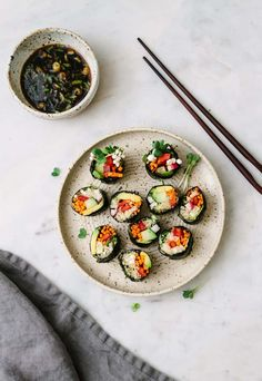 vegan sushi rolls are gluten free, grain free, and so easy to make. Perfect for a light lunch or dinner!Raw vegan sushi rolls are gluten free, grain free, and so easy to make. Perfect for a light lunch or dinner! Easy Smoothie Recipes, Sushi Recipes, Raw Food Recipes, Healthy Recipes, Vegan Sushi Rolls, Sushi Sushi, Whole Foods, Cake Vegan, Roh Vegan