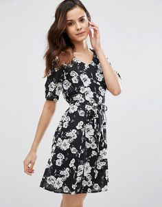 Buy it now. Poppy Lux Thereasa Rose Tea Dress - Black. Casual dress by Poppy Lux, Lightweight woven fabric, Printed floral design, V-neckline, Short sleeves, Tie waist, Zip back, Regular fit - true to size, Machine wash, 100% Polyester, Our model wears a UK 8/EU 36/US 4 and is 174 cm/5'8.5� tall. , vestidoinformal, casual, camiseta, playeros, informales, túnica, estilocamiseta, camisola, vestidodealgodón, vestidosdealgodón, verano, informal, playa, playero, capa, capas, vestidobabydoll, ...