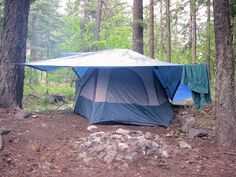 Learn how to string a ridgeline between two trees, and secure it to properly support a tarp, or to use as a clothesline. Rooftop Tent Camping, Camping Tarp, Camping In The Rain, Camping With Toddlers, Tent Tarp, Camping Glamping, Camping And Hiking, Camping Survival, Outdoor Camping