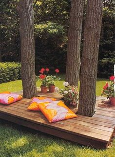 A small deck around a tree trunk... could make a pleasant retreat, would be easier to maintain than a bench or chairs which the lawn people always mess up... maybe with some planters/raised beds around it to soften the look? .....if we ever get a home with random huge trees in the backyard, this would be a good idea. Backyard Deck Ideas On A Budget, Cozy Backyard, Backyard Patio Designs, Backyard Retreat, Ponds Backyard, Cheap Deck Ideas, Porch Ideas, Luxury Landscaping, Fire Pit Landscaping