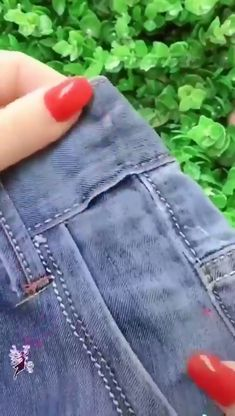 Dica para ajudar a recuperar aquelas roupas esquecidas no armrio these 9 sewing hacks are cooler than they in seam! Sewing Hacks, Sewing Tutorials, Sewing Projects, Sewing Tips, Diy Fashion Hacks, Hand Embroidery Videos, Diy Jeans, Diy Clothes Videos, Diy Couture