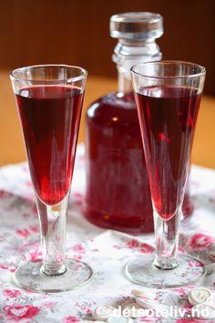 Bringebærlikør | Det søte liv Alcoholic Drinks, Cocktails, Homemade Wine, Daiquiri, Christmas Drinks, Wine Decanter, Barware, Champagne, Food And Drink