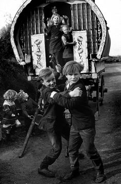 Irish Travellers on the road in Ireland in the Gypsy Caravan, Gypsy Wagon, Gypsy Trailer, Photos Du, Old Photos, Gypsy People, Gypsy Living, Tiny Living, Images Of Ireland