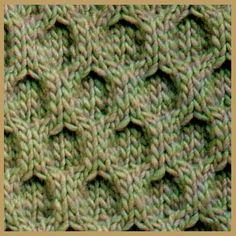 Als Vorbild für dieses Bienenwaben Strickmuster dienten Bienenwaben, kombiniert mit Rhomben und Zöpfen ist dieses Muster Bestandteil der irischen Pullover