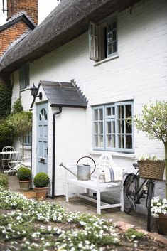 Real home: an century thatched cottage brimming with classic country style Cottage Front Doors, House Front Porch, Cottage Windows, Cottage Porch, Front Porch Design, Cottage Exterior, Cottage Homes, Front Porches, Cozy Cottage