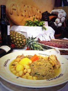 """Continua la """"Mostra de Cuina del Pinós"""" y de allí nos llega este """"Relleno acompañado de Cocido"""" que fue la delicia, que degustaron los comensales, del Restaurante Alfonso de #Pinos Hoy """"Ajos pinoseros con conejo y picat"""". Buen provecho!!!!! #gastronomiacostablanca #cuinapinos #Tuplancostablanca"""