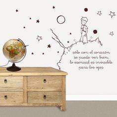 Vinilo infantil de El Principito sobre su planeta rodeado de estrellas. Decora la pared de tu habitación infantil