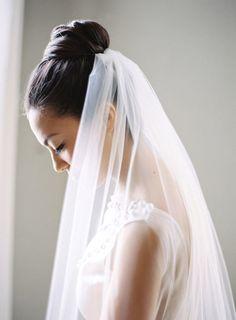 Matrimonio.it | #Acconciature con il #velo - Acconciatura raccolta: #chignon con velo